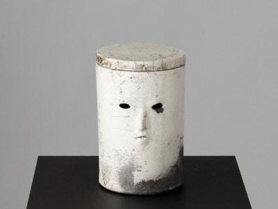 Urn (V), 2015. Raku brændt keramik, 19 x 13 cm